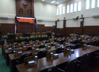 DERETAN kursi anggota dewan nampak masih kosong. Meski dijadwalkan pukul 10.00 WIB, rapat paripurna penyampaian pemandangan umum fraksi terhadap Raperda Pertanggungjawaban APBD TA 2015 dan penyampaian penjelasan Raperda Inisiatif Bapemperda tentang Hak Keuangan dan Administrasi