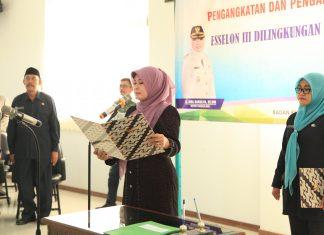 Bupati Pandeglang, Irna Narulita saat membacakan sumpah jabatan, dalam pelantikan 24 pejabat esselon III, Jumat (7/7/2017). (Fotographer : Peng)