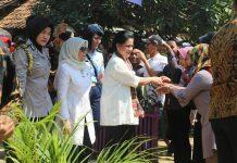 Ibu Negara Iriana Joko Widodo saat melakukan kunjungan ke 'Kampung Sejahtera' di Kampung Pintu Air, Desa Kohod, Kecamatan Pakuhaji, Kabupaten Tangerang, Rabu (02/08/2017)